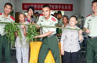 四川华蓥:军民包粽子 共过端午节