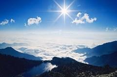 """旅游资源丰富,是凉山引以为豪的后发优势之一。近年随着雅西高速的贯通,凉山旅游""""神秘的面纱""""终被缓缓揭开。邛海泸山、螺髻山、泸沽湖的盛名之下,灵山寺及其背后的灵山,也引起越来越多人的兴趣。"""