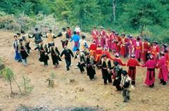 """瓦尔俄足节,汉语俗称""""歌仙节""""或""""领歌节""""。因为是完全由羌族女性参加的习俗活动,又被称作""""羌族妇女节""""。"""