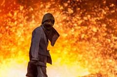 骄阳似火,室外温度一路飙升,让人燥热难耐,呆一会儿就汗流浃背。谁曾想过,就在这样的天气里钢铁工人依然坚守在四五十摄氏度的炉台前,挥汗如雨,把一包包铁水冶炼成合格的钢水。