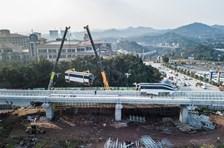 四川广安:西南地区首条云轨列车车厢吊装上线即将运行