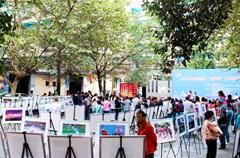 """为了提升2015年""""走基层""""文化惠民活动的效果,培育和践行社会主义核心价值观,满足辖区群众文化生活需要,成都高新区社会事业局、发展策划局,成都高新区摄影协会联合举办了""""践行社会主义核心价值观""""系列主题摄影展,已在辖区5个街道的""""走基层""""文化惠民活动现场进行了巡展。"""