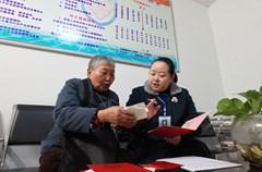 2014年11月26日,四川省泸州市龙马潭区法律援助中心的工作人员在特兴镇河湾村32社独居老人李泽成家里为其提供赡养案件的法律援助。