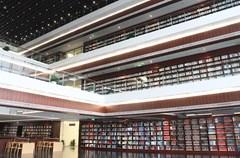 """四川省图书馆是中国最早建立的公共图书馆之一,始建于1912年,迄今已有逾百年的历史。经过几代川图人的不懈努力,这座知识的殿堂、川人的精神家园,历经百年风雨,世纪沧桑,将以全新的服务设施和精神风貌展现于读者面前。   2009年,四川省人民政府批准建设四川省图书馆新馆,2010年11月正式动工,新馆地址位于成都市天府广场西北角,占地面积17亩,设地上8层地下2层,地上建筑总高度38.5米,总建筑面积51915.41㎡,其中45000㎡为读者服务区域,政府总投资4.9亿元,是四川省""""十二五""""期间重大文化民生工程。外观似汉代书阙,两阙之间的台阶式中庭象征""""知识的阶梯""""。2015年12月26日中午12:00正式对读者开放。   2009年,四川省人民政府批准建设四川省图书馆新馆,2010年11月正式动工,新馆地址位于成都市天府广场西北角,占地面积17亩,设地上8层地下2层,地上建筑总高度38.5米,总建筑面积51915.41㎡,其中45000㎡为读者服务区域,政府总投资4.9亿元,是四川省""""十二五""""期间重大文化民生工程。外观似汉代书阙,两阙之间的台阶式中庭象征""""知识的阶梯""""。2015年12月26日中午12:00正式对读者开放。"""