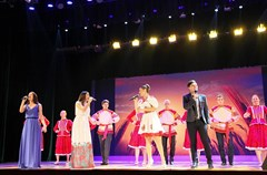 """风情十足的民族舞蹈、激情洋溢的诗朗诵、耳熟能详的《喀秋莎》、灵活夸张的踩高跷……8月1日,2015中俄""""两河流域""""青年论坛迎来""""俄罗斯日""""活动,在西南财大柳林校区的的学生活动中心,400多名参加论坛的中俄青年一起联欢庆祝。"""