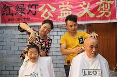 """今年31岁的潘飞和妻子刘敏是四川省内江市东兴区一家理发店的业主。2009年初入理发行业时,潘飞夫妻俩了解到社区有部分老人和幼儿因行动不便,热切盼望理发店能提供上门服务后,便萌生了每月集中1天时间为这些老人和幼儿免费理发的想法。从此,潘飞夫妻俩就把每月12日确定为理发店的""""爱心义剪日""""。"""