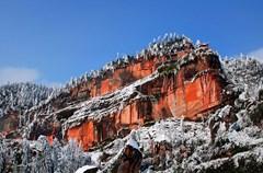 """红岩36峰,方圆200多平方公里,典型的丹霞地貌,山石均呈赤色,故又名丹山。丹山犹如镶嵌在川滇黔深处的一颗明珠,集自然风光、人文历史、宗教文化、摩崖石刻于一体,素有""""川南小峨眉""""之美称。"""