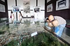 9月5日,泸州市爱国主义教育基地——护国战争棉花坡战役指挥部旧址热闹非凡,游客众多,他们游览参观,了解棉花坡战役的历史。