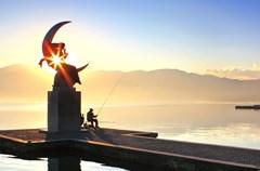 """在寒意瑟瑟的冬日里,攀枝花、西昌的阳光,就如一张温暖的请柬,邀请人们到那里去享受阳光。于是,这个冬日,笔者和友人驾车从成都出发,经成雅高速、雅西高速、西攀高速奔向了攀枝花和西昌,沐浴""""攀西名泉""""红格温泉、欣赏""""20世纪中国建成的最大水电站""""二滩水电站、徒步游览彝风淳朴的格萨拉、享受邛海湖畔的闲情逸致……"""