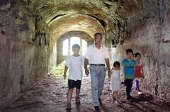 7月9日,泸州市纳溪区天仙镇兴长村的退伍老兵何云富来到下洞子(又名十二洞天),为邻里村寨的小孩讲述花背溪(天仙镇)抗战军械库遗址的故事。故事并不遥远,历史就在身边。这些年,许多抗战老兵、抗美援朝的志愿者、越南自卫反击战的参与者,他们翻着零星的老照片,反反复复地回忆,为身边的年轻人和小孩子讲述着自己的经历,描述战争的惨烈。