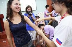 """7月31日,参加2015中俄""""两河流域""""青年论坛的两国青年度过了难忘的一天。他们在成都中医药大学的校园中,与古老的中医展开了一场特别的""""约会""""。"""