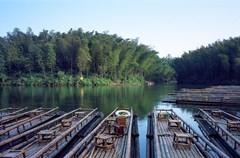 到蜀南竹海并非仅仅是观竹,竹海集竹景、山水、溶洞、湖泊、瀑布于一体,兼有历史悠久的人文景观。《四川画报》此次前往蜀南竹海采风,亲身游览了其具有代表性的三处景点,希望读者们能从我们的介绍及拍摄的画面中想象出竹海那难以言说的美丽。