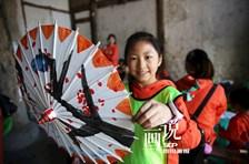 """四川泸州:娃娃伞厂学""""非遗"""""""