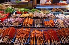 作为川菜的源生地也是集散地的成都,是联合国认定的美食之都。在这里川菜的景象灿若星辰,既有富贵的豪华大餐,也有朴素的民间小菜;既有传统的经典风格,又有时尚的精致珠玉。