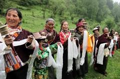 """农历五月初五是端午节。两千多年来,端午节一直是一个多民族的全民健身、防疫祛病、避瘟驱毒、祈求健康的民俗佳节。这一天同时也是藏历五月初五,在文化逐渐多元、信息日益丰富的今天,若尔盖最偏远的小小纯藏族寨子,人口不足200人,24户人家的百姓,至今依然以自己最原始的方式过着五月初五的端午节——用于祈福消灾消难的""""度炯""""节。严格的按照""""度炯""""即""""驱邪、避瘟、驱毒""""进行着各种最具特色的传统仪式。"""
