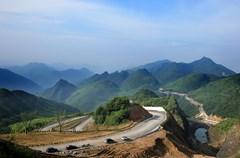 """自去年8月23日大熊猫""""云涛""""、""""阳花""""入驻华蓥山野化放归培训基地后,为方便物资运输和游人参观,当地于去年10月正式动工,在崇山峻岭和悬崖峭壁上修建了一条长3公里、平均宽5米的柏油公路。"""