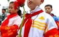 """阳和小学的 """"红领巾护碑队"""" 队员在敬献鲜花,缅怀先烈。"""