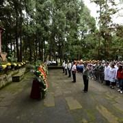 2018年9月30日,四川巴中市,通江县社会各界人士来到川陕革命根据地红军烈士陵园举行纪念仪式,缅怀英雄烈士。