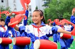"""2015年5月28日下午,四川省华蓥市安丙小学(原永兴小学)的少先队员汇集在操场上,表演该校颇有特色的传统文体项目腰鼓,在咚咚鼓声中喜迎""""六一""""国际儿童节来临。"""