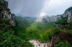 """在四川省宜宾市兴文县,蕴藏着一片神奇的古石海。五亿年的地质变迁,孕育了兴文石海气势磅礴的地表石海、纵横交错的地下溶洞和世界级规模的巨大天坑,三绝荟萃,被中外专家鉴定命名为""""兴文式喀斯特"""",神奇绝世。"""