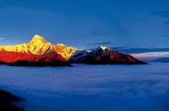 四川多山,因此而多了一道在高海拔上看风景的可能。于是,云上的风景,成为在四川不可多得的体验。