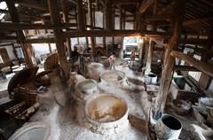四川井盐源远流长,据文献记载和专家考证,享誉世界的大英县卓筒井创始于北宋庆历年间,比西方要早800多年。