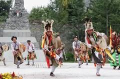 鲜艳的羌红,洁白的哈达,美丽的藏羌服饰,悠悠羌笛声,动人的藏羌歌舞,诱人的藏羌美食……文化是城镇村寨的灵魂。这里独具特色的藏羌文化,成为人们走进这些村寨的理由。人们走进这里便是走进了藏羌人民的日常生活,这种原生态的文化,让人轻易地就可以融入其中,并参与其中。