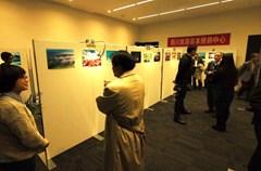 """2015年日本圣诞节期间,在被称为""""日本文化圣地""""的神保町古书街的TKPガーデンシティPREMIUM神保町会场,""""四川:大熊猫故乡""""摄影展隆重举行。"""