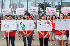 6月22日,为迎接6月26日国际禁毒日的到来,四川省内江市义工联和内江师范学院的100余名志愿者走上街头开展禁毒宣传活动,通过健康徒步、行为艺术、集体签名等方式,向广大市民宣传禁毒知识,警示大家远离毒品。
