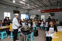 当日是第5个全国扶贫日,四川省内江市东兴区纪委监委在定点帮扶的双才镇高屋村举办就业扶贫特色技能培训班,免费对全村有开办农家乐意愿的37户建档立卡贫困户进行厨师技能培训。此次培训为期一周,采取理论讲解和现场操作相结合的方式,让贫困户掌握各类特色乡土菜品和风味小吃的制作技能,帮助他们尽早自主创业实现脱贫。
