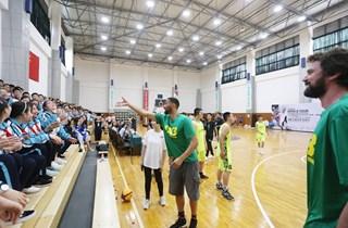 国际篮球高手走进成都玉林中学 与青少年交流篮球技艺