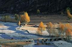 """2013年9月16日,随着世界海拔最高的民航机场——稻城亚丁机场——正式投入运行,四川甘孜藏族自治州再架起一条雪域天路。稻城亚丁机场不仅架起了连接世界与""""地球上最后一片净土""""的天梯,更成为了大香格里拉生态旅游区的重要交通枢纽。"""