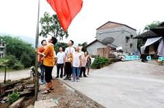 6月29日,泸州市纳溪区棉花坡镇高洞村4社,周明华与母亲、儿子、儿媳妇及孙子一起升旗。这是一个简单的升国旗的仪式,一个73岁的农村妇女带着一家人。年龄最大者93岁,最小的12岁。2012年至今,旗杆已经更换三次,由最初的竹竿到现在的不锈钢旗杆,国旗已经更换了两面,旧的国旗,周明华老人摘取下来后,洗净折叠存放。