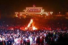 彝族,中国四川西部一个崇拜火的民族。彝族人民繁衍生息在这片有悠久历史、古老文化、神奇传说的土地上,到今天还保留着最古朴、最浓烈、最独特的文化传统。