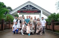 """8月3日,""""欧洲熊猫粉丝团四川探亲之旅""""自驾车队抵达熊猫故乡雅安,并开展为期两天的寻亲旅程。来自法国、英国、德国、比利时、奥地利、西班牙6个国家的熊猫粉丝们与相关领域专家、文化名人一同体验了雅安的熊猫文化和茶文化。"""
