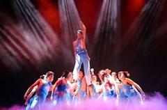 """2015年2月15日晚,四川省华蓥市的草根""""民星""""在为市民表演自编自导自演的歌舞,喜迎新春佳节。"""