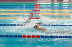 """5月15日上午9时,在位于成都高新区西部园区的电子科技大学游泳馆内,随着""""嘟""""的一声发令音响起,本届全国特奥会男子50米蛙泳决赛正式开始。这也意味着,全国第九届残运会暨第六届特奥会特奥游泳项目为期两天的决赛正式开始。"""
