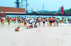 7月12日,在四川省泸州市纳溪区欢乐派海滩公园,来自纳溪区的市民们在海滩公园享受水上乐园带来的快乐和刺激。