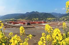 在生态环境保护的基础上,雅安加强企业恢复和产业重建,大力发展特色优势产业,积极促进产业结构调整,加快构建以文化旅游业为主导,以特色农林业、加工业和服务业为支撑的产业体系,努力使灾区有就业、有收入、有后劲。