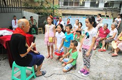 """""""八一""""建军节七夕,王海安等多名""""老革命""""走进合道街社区,义务为留守儿童们讲述亲身经历的抗美援朝的""""红色故事"""",让孩子们在牢记历史的同时,从小培养爱国护家的意识。"""