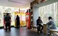 """江滩公园绿道厕所外观设计融入川西林盘的地方元素,以""""竹""""元素为主题,远远望去仿佛是一间文化体验馆。另外,厕所的绿色共享空间充分体现成都的""""慢休闲""""文化,并立足江滩公园""""亲子娱乐""""的功能定位,分别打造扫码可进入的私密休憩空间和亲子互动娱乐空间。"""