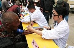 """6月27日,四川省2015年文化科技卫生""""三下乡""""——""""欢乐藏区行""""暨""""法律七进""""活动在四川阿坝县举行。来自四川各地的近400名文艺、医务、科技和法律工作者们参加了该活动。"""