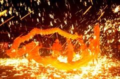 2016年12月31日晚,四川省成都市双流区黄龙溪镇火龙表演队在舞火龙,喜迎新年的到来。