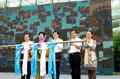 """由国家旅游局主办的""""蓝丝带""""擦亮天路文明旅游公益活动在成都金沙遗址博物馆正式启动。此次活动同时也是2016国家旅游局""""为中国加分""""文明旅游公益行动第三季度主题活动。"""