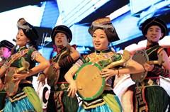 在四川成都举行的第十五届中国西部国际博览会上,来自凉山、广安、内江、宜宾等地的艺人展演的民俗文化产品,成为一道亮丽的风景,吸引不少客商和市民前往观赏。