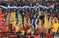 2015年3月5日,农历正月十五宵佳节,四川泸州泸县花园干道上锣鼓喧天,热闹非凡,20支龙舞队闹龙城。