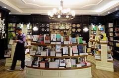 """2015年1月,""""轩客会•格调书店""""成立三周年。自2012年1月第一家""""格调书店""""在洛带古镇开业以来,""""轩客会•格调书店""""已在成都市区、洛带古镇、绵阳拥有11家门店。安静优雅的环境、精选的人文图书、丰富的主题活动、周到的服务……在浮躁喧嚣的都市中,""""轩客会•格调书店""""为爱书人提供了宁静温馨的精神栖息地。"""