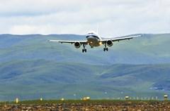 6月5日12 时45 分,随着中国国际航空公司的客机平稳降落在海拔3535 米的四川阿坝红原机场,标志着红原机场具备正式通航能力。