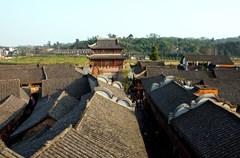 距离成都约40公里的古镇黄龙溪,是一座有着1700余年历史的川西古镇,原名赤水。三国时期,蜀汉丞相诸葛亮曾屯兵于此,以备南征。
