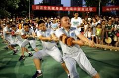 2015年8月7日至12日,四川省华蓥市来自市级机关的36支职工竞技代表队,在广场参加了趣味拔河比赛,通过轮番淘汰制等形式,卫计局、公安局、和环保局、工商质检局代表队分别获得冠亚季军。
